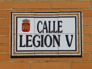 Veteranen der 5. und 10. Legion siedelten in Emerita Augusta. Dieses Straßenschild erinnert an die 5. Legion Alaudae. Nach dem Ende der Eroberung Spaniens wurde die Legion an den Rhein verlegt und in Vetera (Xanten) stationiert.