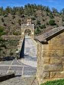 Blick vom kleinen Tempel mit der Grablege des Baumeisters Caius Iulius Lacers, über den Trajansbogen in der Brückenmitte hin zu den Resten der Verteidigungsanlage am Nordufer der Brücke. Sie wurde nach der Reconquista unter Karl V. angelegt.