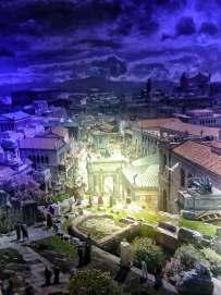 Das Forum Romanum: Einst quirliger Handelsplatz, später Zentrum politischer Auseinandersetzungen, dann Schaubühne kaiserlicher Repräsentation. Im Hintergrund erkennt man noch das Kolosseum vor dem Nachthimmel.