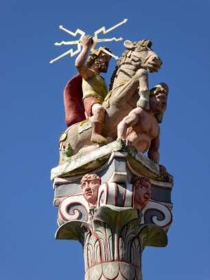 Schöne farbliche Rekonstruktion einer 7m hohen Jupiter-Gigantensäule im Römermuseum Homburg-Schwarzenacker. Gespendet von den örtlichen Rotarier.