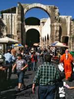 Belebter Platz an den Ruinen des Jupiter-Tempel in Damaskus zwischen dem Souk al-Hamidye und der Umayyaden-Moschee gelegen.