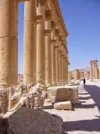 Kolonnadenstraße in Palmyra hinter dem Hadrianstor in Richtung zur Wegkreuzung mit dem Tetrapylon.