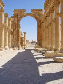 Kolonnadenstraße mit Hadrianstor in Richtung des Baal-Tempel in Palmyra.