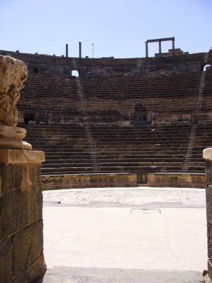 Römisches Theater in Bosra (Syrien): Blick von der Bühne über das Orchestra auf den Zuschauerraum (Cavea). Um die 15.000 Menschen hat es Platz geboten.