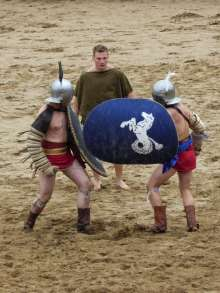 Essedarii kämpften möglicherweise erst mit Streitwagen und dann zu Fuß gegeneinander. Typisch für diesen Gladiatorentyp sind die ovalen Schilde.