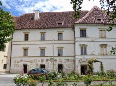 Schloss Seggau bei Leibnitz in der Steiermark. Sein heutiges Aussehen erhielt das Schloss nach vielen Umbauten in der zweiten Hälfte des 17. Jahrhunderts. Im Jahr 1831 wurde das Lapidarium (eingemauerte römische Steine) errichtet. Einst Sommerresidenz der Bischöfe ist das Schloss heute Kongress-, Tagungs- und Seminarzentrum.