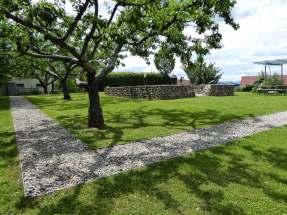 Die Grundmauern des Hauptraumes (cella) eines gallo-römischen Umgangstempel. Er war wohl der Göttin Isis-Noreia geweiht. Die Kieswege markieren den Umgang.