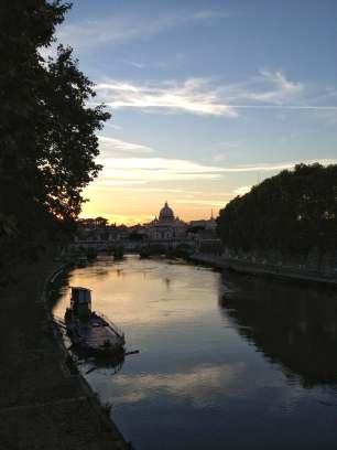 Abenddämmerung über Tiber und Petersdom.