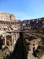Unter dem Holzboden der Arena lag ein System aus Räumen, Gängen und Versorgungsschächten. Über Aufzüge und Rampen und durch Falltüren konnten mit Hilfe von Winden und Flaschenzügen aufwändige Dekorationen und Bühnenbilder in die Arena befördert werden.