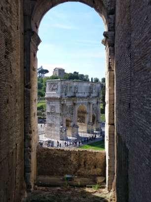 Der Konstantinsbogen ist ein dreitoriger Triumphbogen in Rom. Er wurde zu Ehren des Kaisers Konstantin in Erinnerung an dessen Sieg bei der Milvischen Brücke im Jahre 312 über seinen Widersacher Maxentius errichtet.