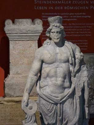 Eine Besonderheit der römischen Religion war die Verehrung von Genien, männlichen Schutzgeistern. Sie verkörperten die Wirkkräfte von Personen, Truppenteilen oder von Gebäuden oder Orten. Im Hinterland des Limes sind insbesondere die sogenannten Orts- oder Stadtgenien nachgewiesen.