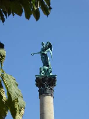 Concordia, die römische Göttin der Eintracht, krönt die Jubiläumssäule vor dem Neuen Schloss in Stuttgart. Die 30 Meter hohe korinthische Säule wurde aus Anlass des 25-jährigen Regierungsjubiläums von König Wilhelm I. von Württemberg errichtet.