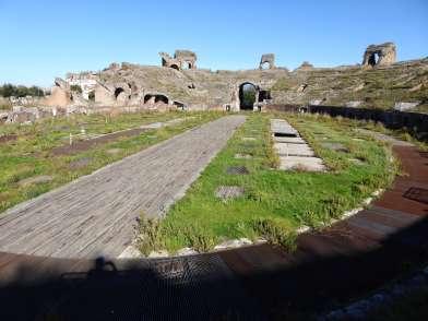 Der Arenaboden im Amphitheater von Capua. Hier sahen die Zuschauer Tierhetzen, Hinrichtungen und vor allem Gladiatorenkämpfe. Doch Spartacus sahen sie nicht. Seine Zeit war schon lange vorbei, als die neue Arena gebaut wurde. Etwa 100 Meter vor dem Amphitheater sind noch die Reste jener Anlage aus republikanischer Zeit zu erkennen, in denen der wohl bekannteste aller Gladiatoren kämpfte.