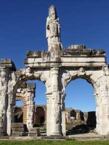 Viergeschossig, mit drei Arkadenreihen, bot die Fassade des Amphitheaters von Capua ein imposantes Bild. Dem Kolosseum in Rom stand es wohl kaum nach. In den Schlusssteinen der Bögen waren Büsten von Gottheiten eingearbeitet. Links ist Diana, Göttin der Jagd dargestellt.