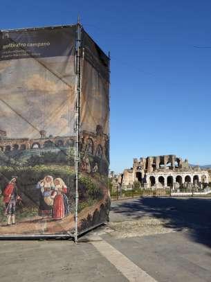 Das Amphitheater von Capua soll 60.000 Zuschauern Platz geboten haben. Als die Vandalen im fünften Jahrhundert in Italien einfielen, wurde auch das Amphitheater in Capua zerstört. Im neunten Jahrhundert wurden viele Steine als Baumaterial für das neue Capua einige Kilometer entfernt verwendet.