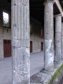 """""""Manseutus, Herausforderer, wird, einmal Sieger, der Venus seinen Schild bringen."""" - Graffiti am Säulengang hinter dem Theater in Pompeji."""