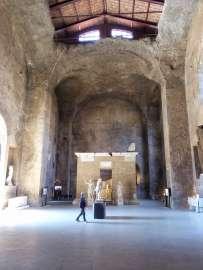 Heute sind in der ehemaligen Halle des Eingangsbereiches Statuen und Nekropolen (Grabkammern) ausgestellt. Im Hintergrund die Statuen von Gaius Sulpicius Platorinus und seiner Schwester Sulpicia Platorina.