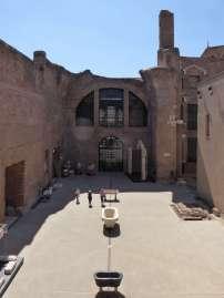 Mit 900 Quadratmetern ist das sogenannte Haus VIII eines der größten des gesamten Thermenkomplexes. Einst waren die Wände mit farbigem Marmor verziert, die gewölbten Decken wurden von großen Säulen getragen. Rechts lag das Schwimmbecken.