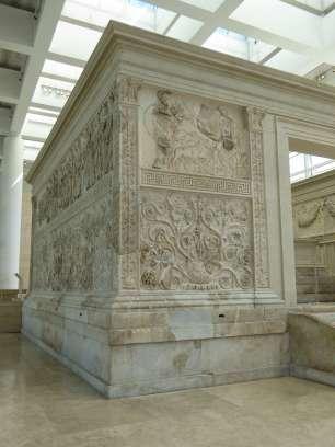 Dieses nur noch wenig erhaltene Relief stellt den Kriegsgott Mars (links) mit den Zwillingen Romulus und Remus (mitte) und dem Hirten Faustulus (rechts) in der Höhle mit der Wölfin dar. Erkennbar sind nur noch Mars und Faustulus, alles andere wurde rekonstruiert.
