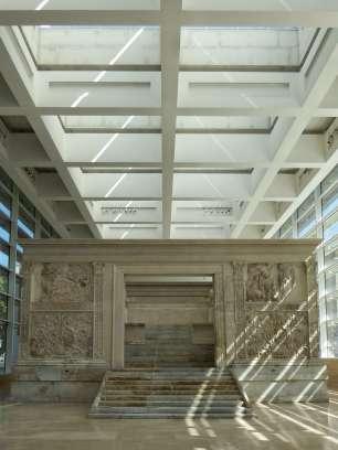Der Friedensaltar ist eine Opferstätte im ursprünglich römischen Sinn. Umfassungswände grenzen diesen Bezirk ab und umgeben den innen liegenden Altar.