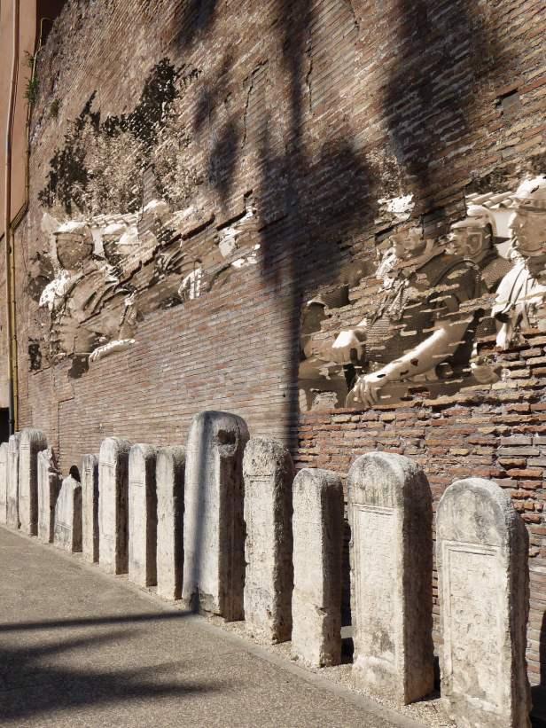 Grabsteine römischer Soldaten im Garten der Diokletiansthermen (Fotomontage mit Darstellern römischer Legionäre)