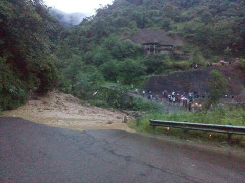 Massive landslide cuts NH-2; Advisor Zale inspects