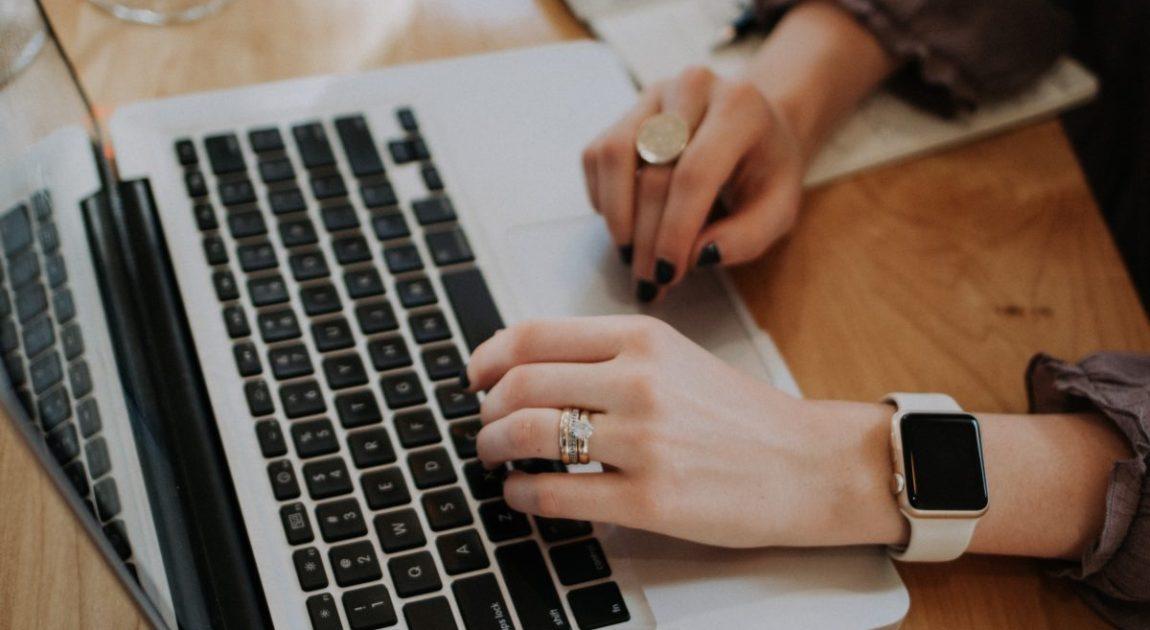 タイピングする女性の手