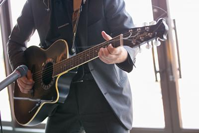 結婚式の余興でギターの弾き語り