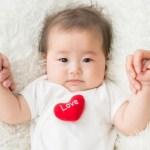 赤ちゃんの顔や頭の左右非対称の歪みって成長すれば勝手に治るの?
