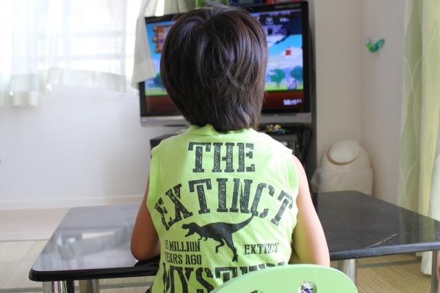 幼児がテレビを見てる