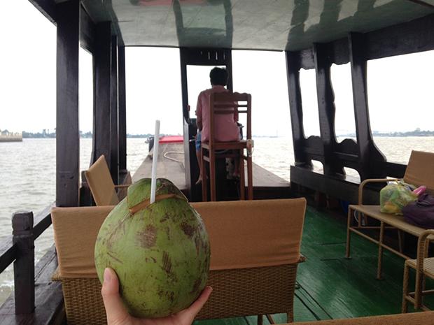 ベトナムメコン川ツアーでクルーズ