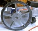 La roue prend place sur le servomoteur installé