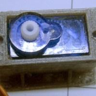 le servomoteur qui permet d'orienter le capteur de distance