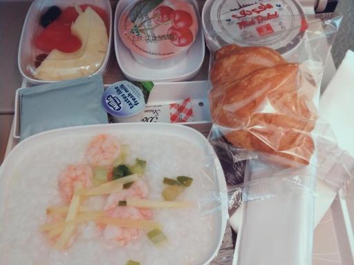 Chińskie śniadanie na pokładzie samolotu linii Emirates.