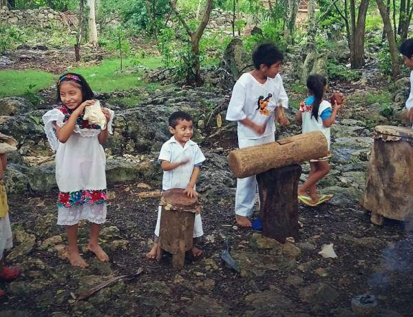 Potomkowie Majów grają tradycyjną muzykę na ludowych instrumentach.