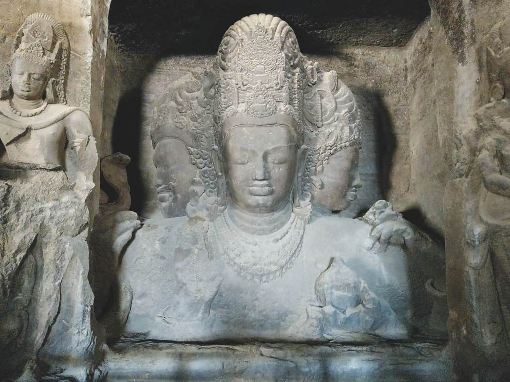 Posąg  Śiwy Mahesiamurti wykuty w Grotach Elefanty w Bombaju