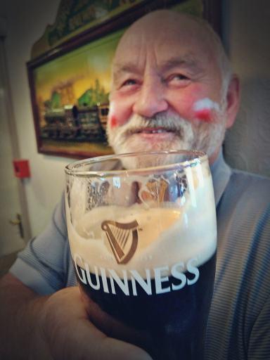 Irlandczyk pijący Guinnessa.