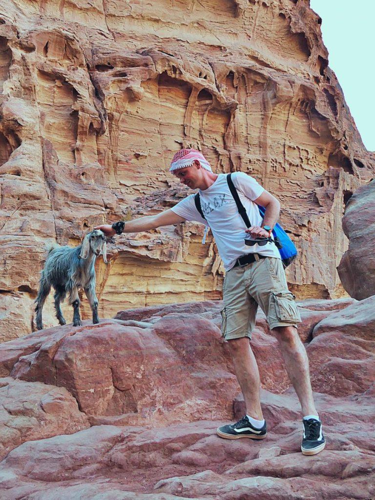 Bloger podróżniczy próbuje zaprzyjaźnić się z kózkami.