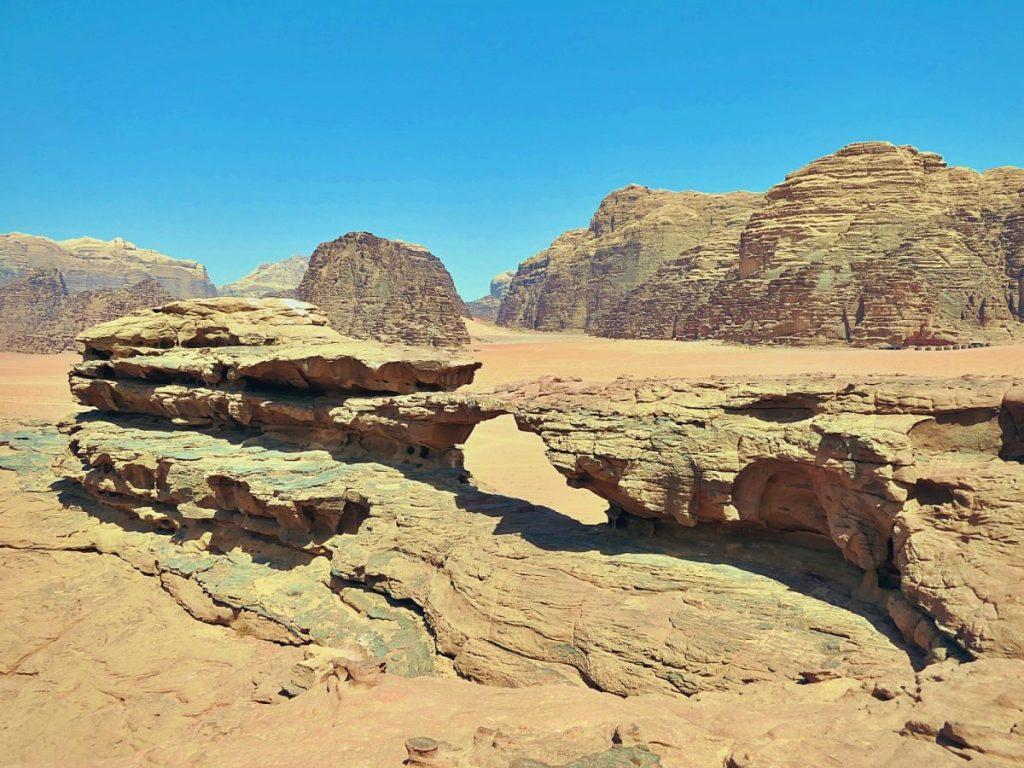 Formacja skalna nazwana Małym Łukiem na pustyni Wadi Rum w Jordanii.