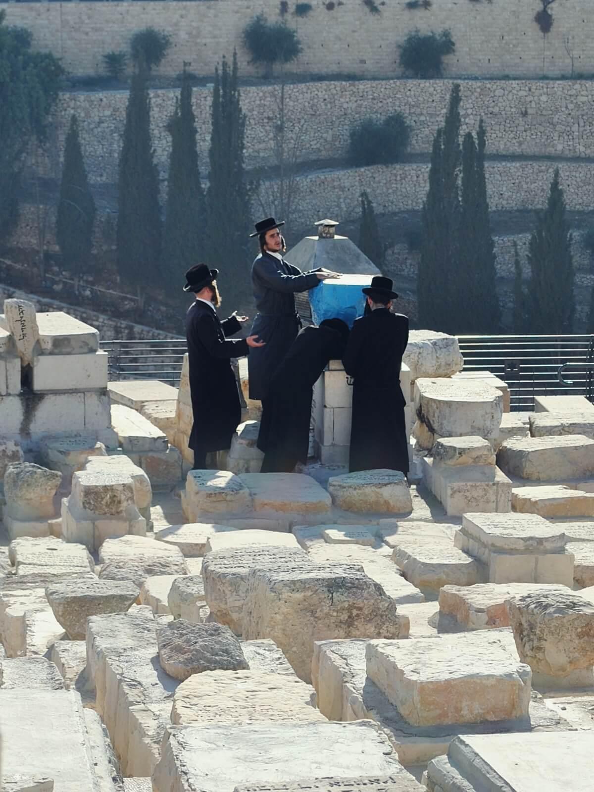 Żydzi odmawiający kadisz na Górze Oliwnej w Jerozolimie.