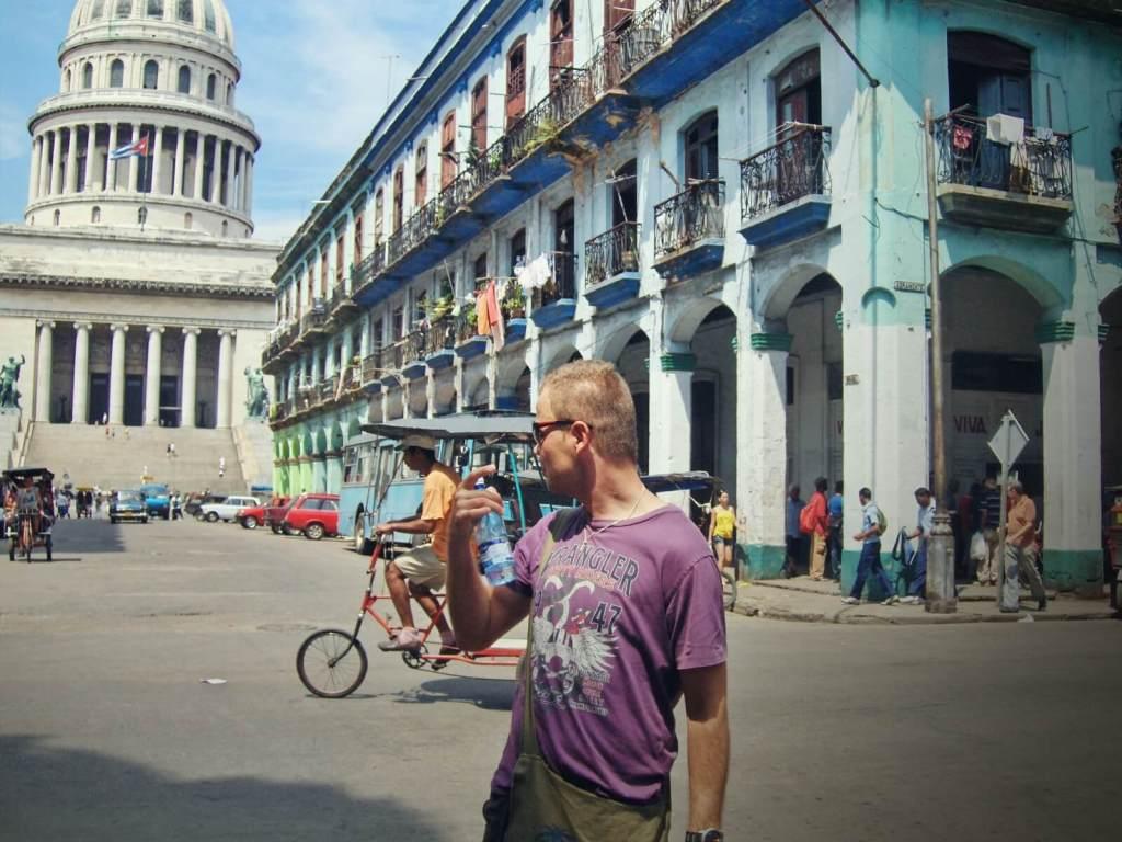 Bloger podróżniczy pozujący na tle kubańskiego Kapitolu w Hawanie.