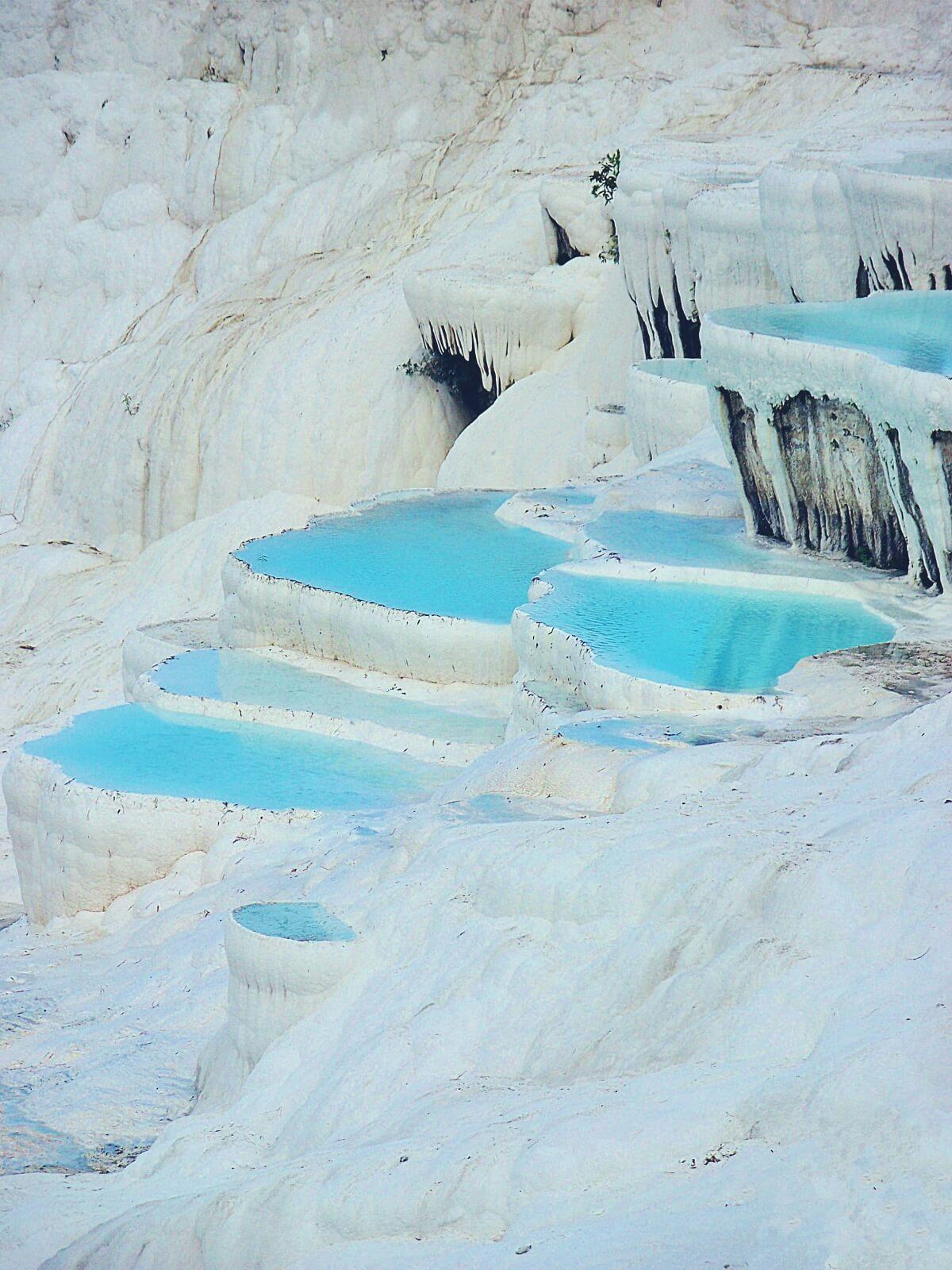 Turkusowa woda w wapiennych basenach w Pamukakle w Turcji.