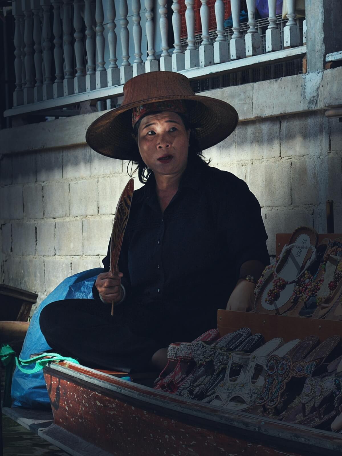 Sprzedawczyni z marketu wodnego z Tajlandii.
