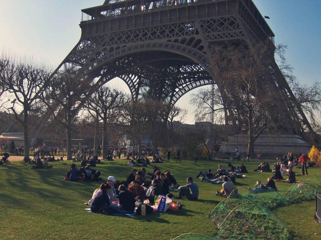 Paryżanie pod wieżą Eiffla w Paryżu.