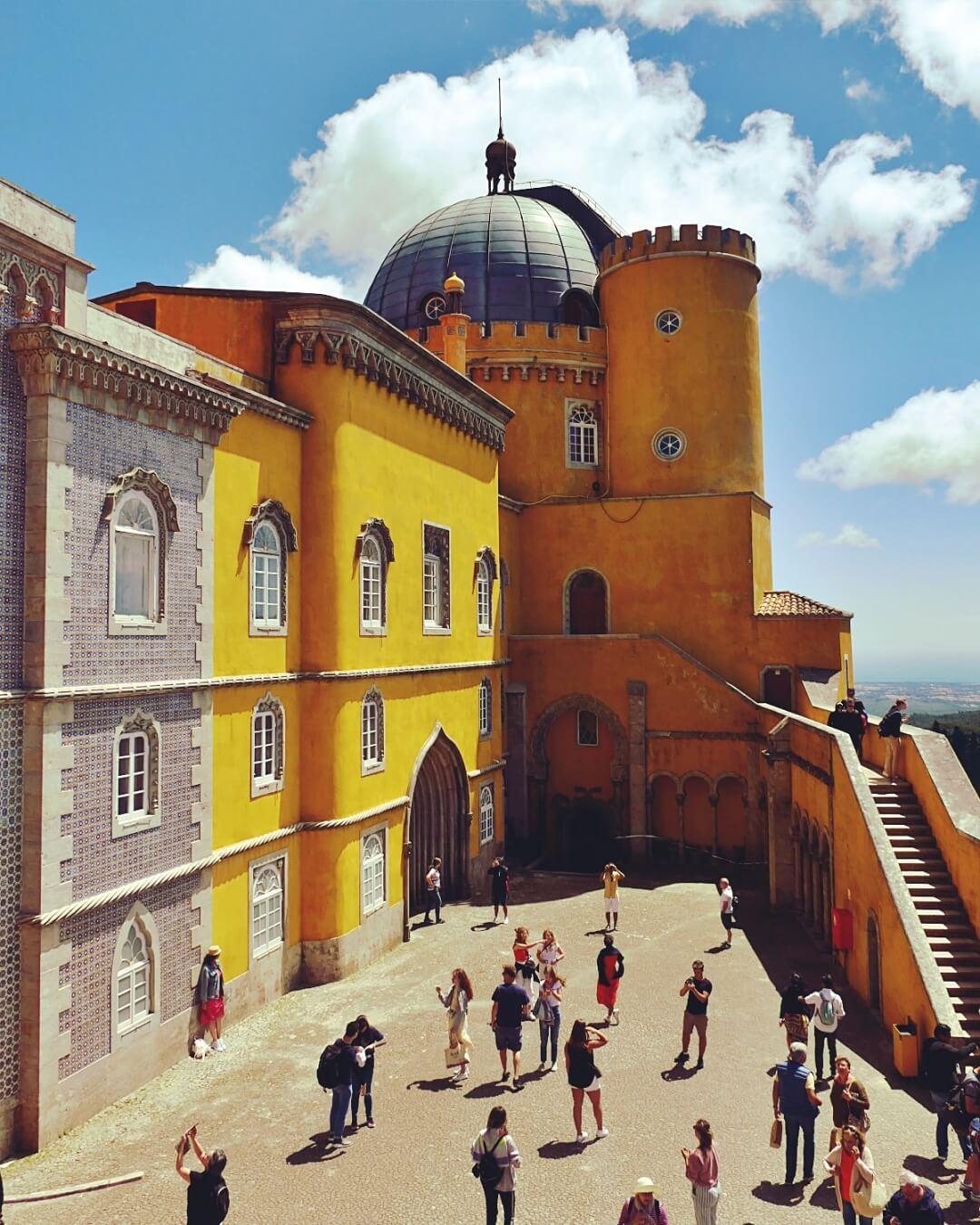 Kolorowy pałac Pena w Sintrze, w Portugali.