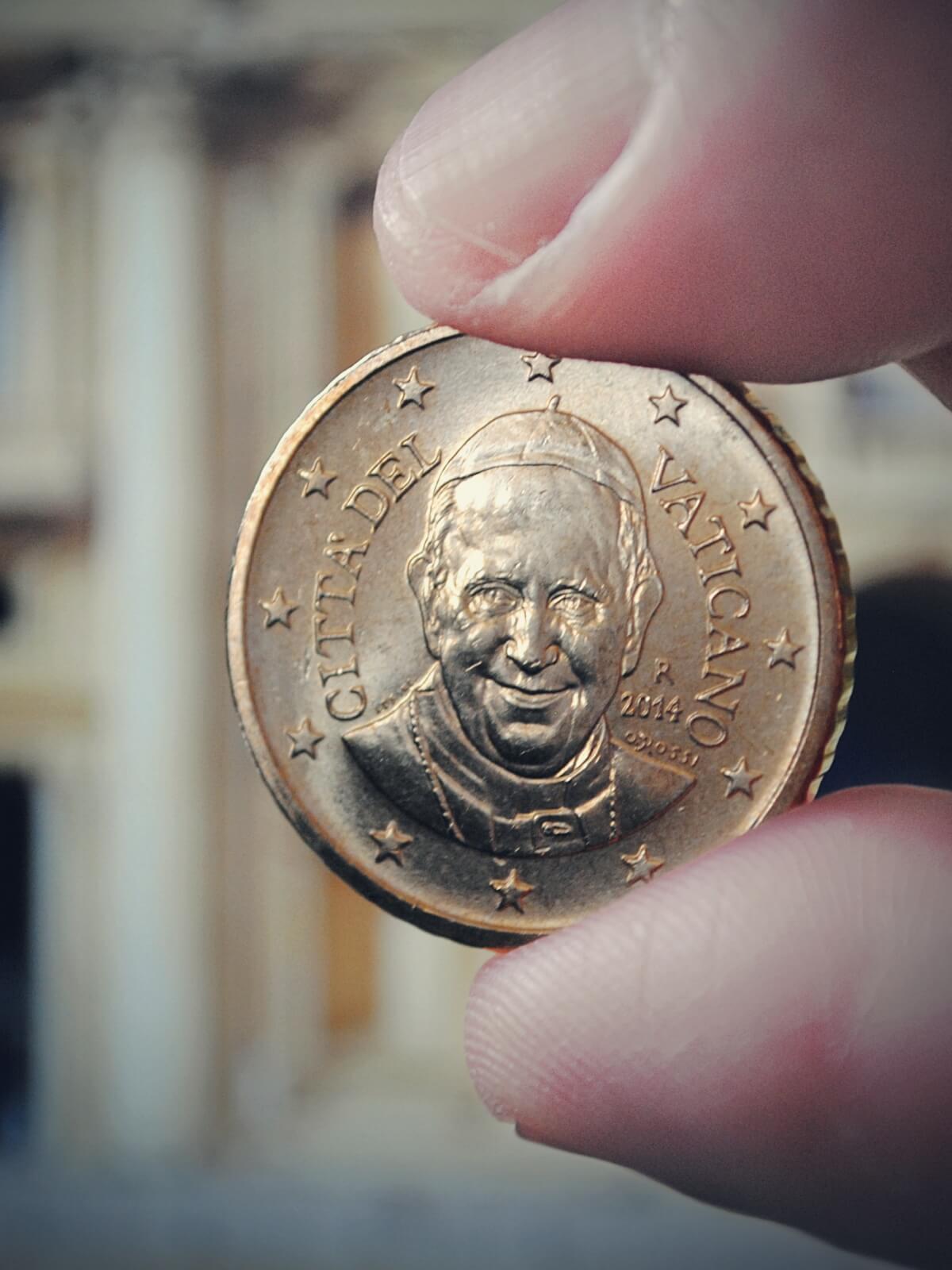 Moneta z wizerunkiem papieża Franciszka.