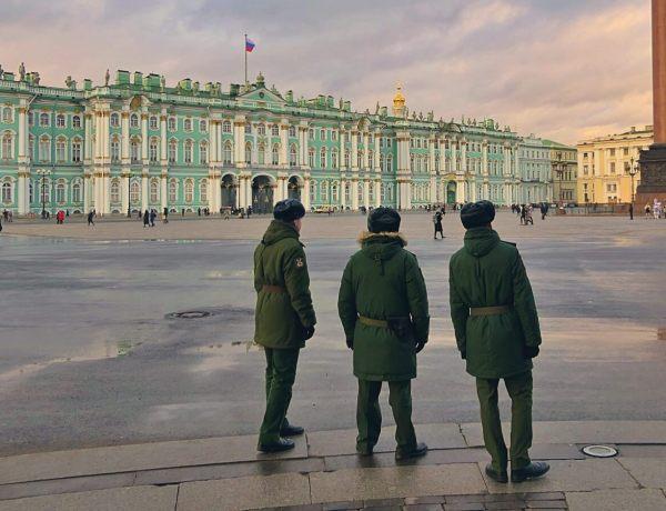 Wojacy na placu pałacowym w Petersburgu.