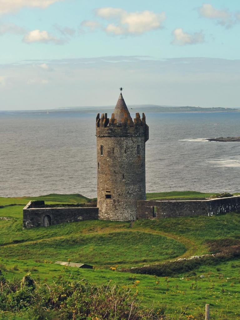 Widok na zamek Doonagore i wyspy Aran w Irlandii.