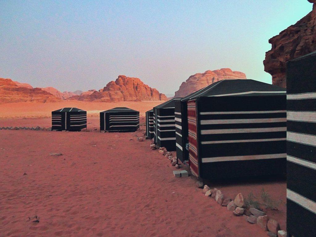 Obóz Beduinów na pustyni Wadi Rum w Jordanii.