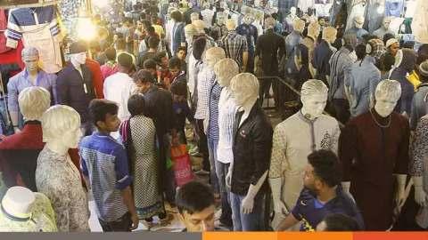 ঈদের কেনাকাটায় হুড়োহুড়ি, স্বাস্থ্যঝুঁকি নিয়ে উদ্বেগই নেই